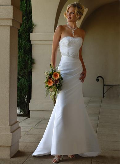 (Cod: flmg056) Vestido de Novia fabricado en satín o taffeta. Bordado en el busto y contorno de la cintura.